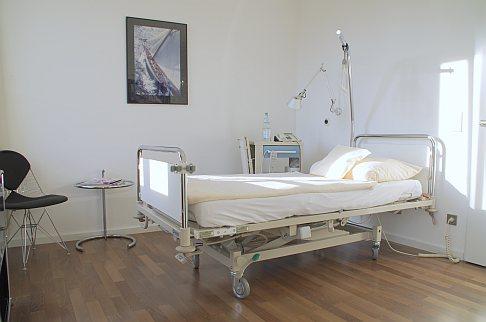 Комфортабельные палаты пациентов ортопедической Геленк-Клиники с отдельной ванной комнатой и телевизором с плоским экраном. © Gelenk-Klinik