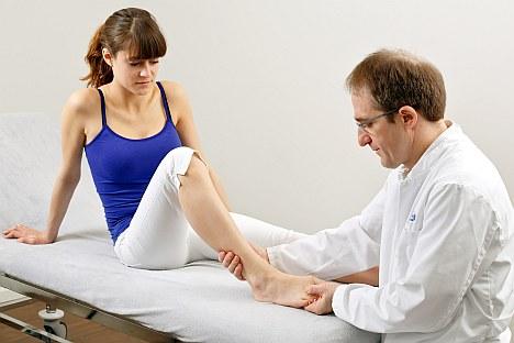 Nos estágios iniciais, muitos consideram o hallux valgus um problema meramente cosmético. A deformidade pode permanecer indolor durante muito tempo. Ao longo do tempo, a deformidade se intensifica. Mas o dano à articulação metatarsofalángica e ao pé dianteiro continua a aumentar. Recomenda-se, portanto, uma correção precoce da posição do dedo grande usando exercícios de pés, talas de hallux valgus ou cirurgia de realinhamento: antes da articulação metatossofalângica ser permanentemente danificada.